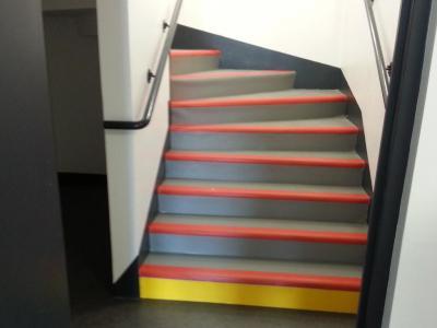Habillage des marches d'escalier avec un revêtement pvc
